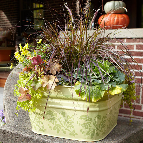 wunderschöne herbstdekoration pflanzenarrangement im metallbehälter