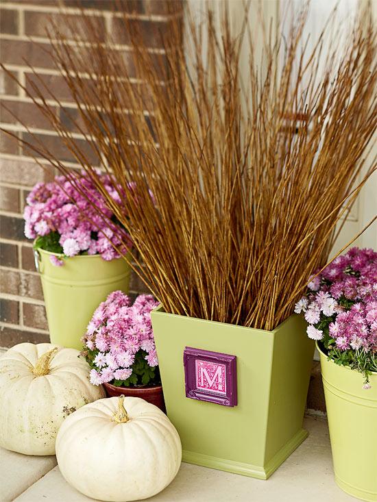wunderschöne herbstdekoration pinke chrysanthemen und halme