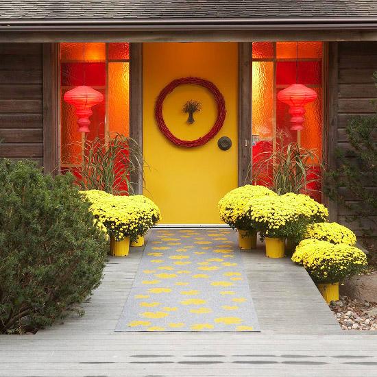 wunderschöne herbstdekoration strahlende gelbe chrysanthemen gelbe tür