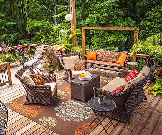 wunderschöne veranda inspirationen brauner teppich mit floralen mustern