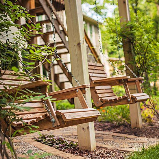 wunderschöne veranda inspirationen holzschaukel und metallketten