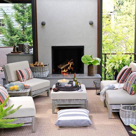 wunderschöne veranda inspirationen minimalistischer kamin geflochtene körbe