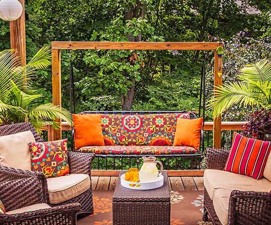 wunderschöne veranda inspirationen rattanmöbel blumenmuster