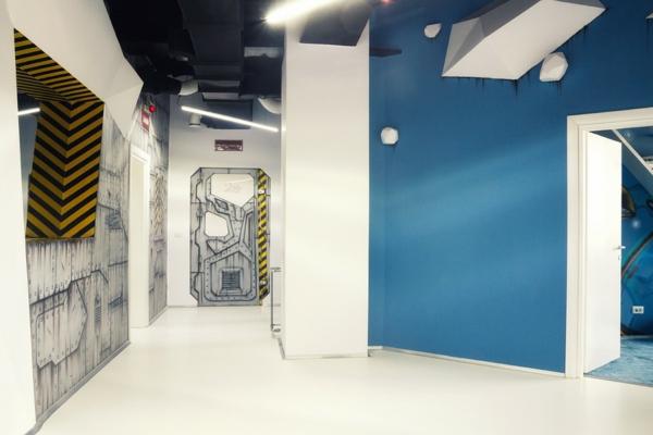 Attraktives-Büro-wie-ein-Raumschiff-auflagen-blau-wand