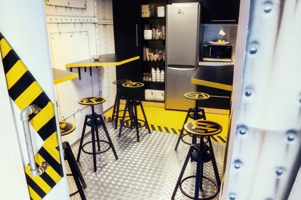 Büro wie ein Raumschiff eingerichtet barhocker