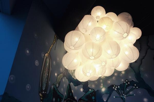 futuristisches Büro wie ein Raumschiff eingerichtet beleuchtung