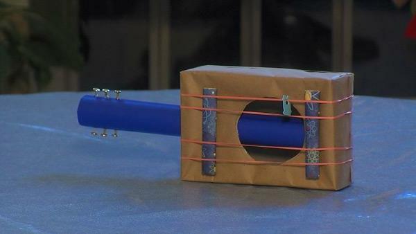 DIY mit Kindern karton pappe gitarre
