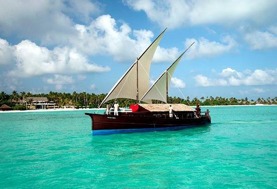 Beach Resort auf den Malediven klares wasser boot