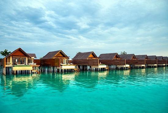 Beach Resort auf den Malediven klares wasser pfahlhütte himmel