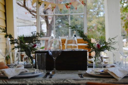 Coole Tischdeko für Weihnachten gläser festlich rustikal grün holz