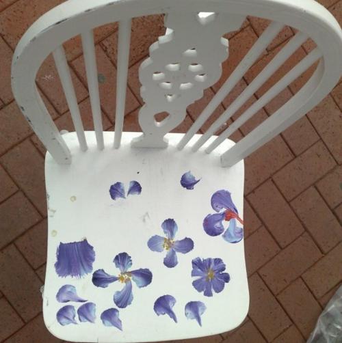 Dekoideen für bemalte Möbel stuhl weiß blumen muster