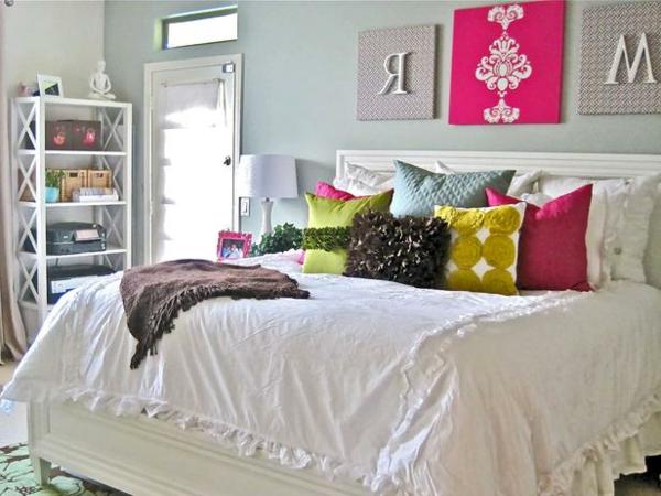 Das Schlafzimmer günstig einrichten blau kissen bettwäsche tischlampe