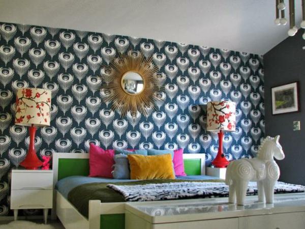 Schlafzimmer günstig einrichten blau kissen wandgestaltung tapeten
