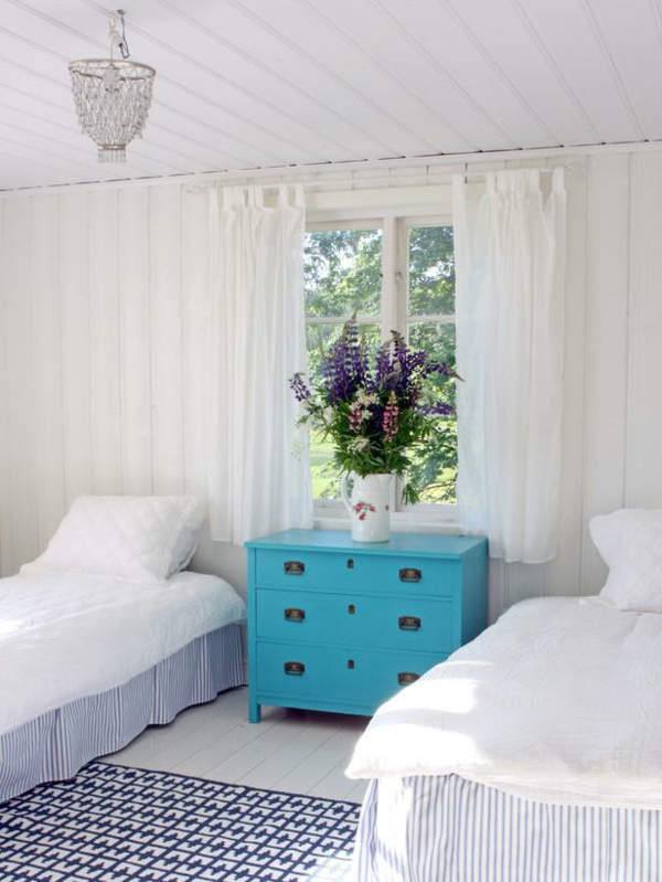 günstig einrichten blau kommode einzelbetten schlaftzimmer