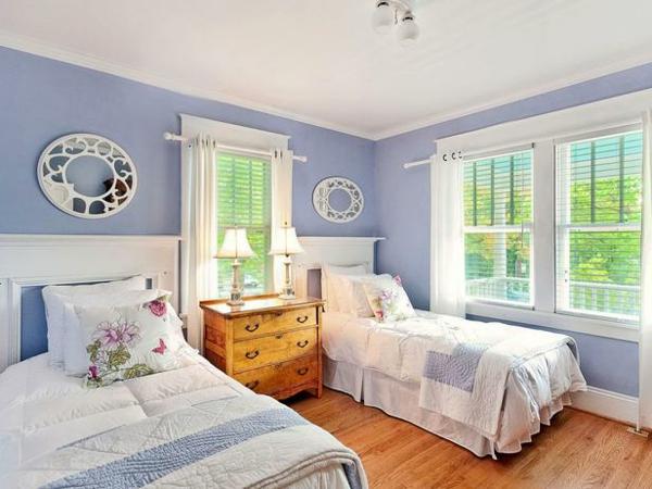 Das Schlafzimmer günstig einrichten blau wandgestaltung einzelbetten