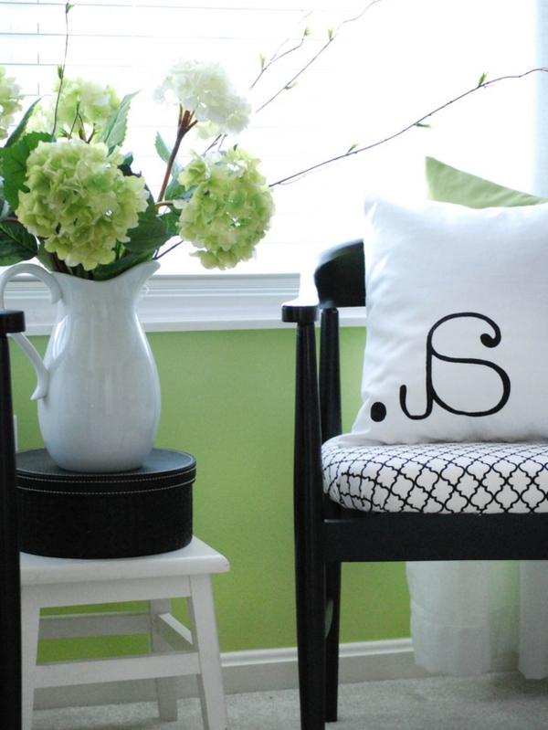 Das Schlafzimmer günstig einrichten schwarz stuhl beistelltisch