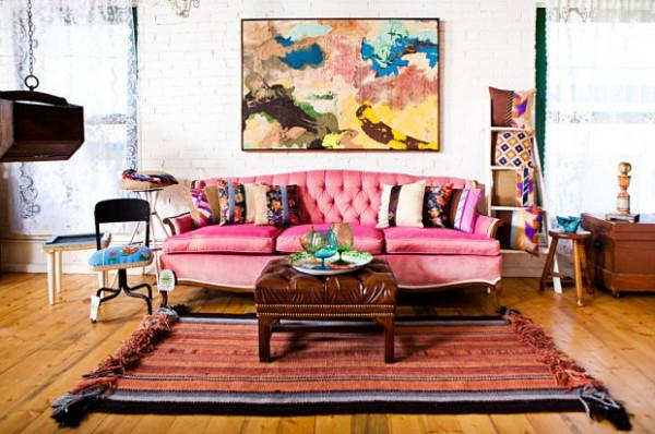 Eklektische Inneneinrichtung wohnzimmer rosa sofa ottoman gemälde