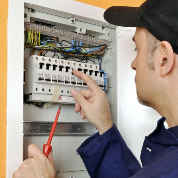 Elektriker vor Sicherungskasten