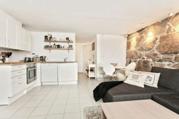 Wohnzimmer und Küche in einem Raum kombiniert stein wandgestaltung