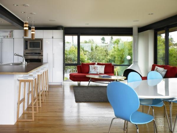 Wohnzimmer und Küche in einem Raum kombiniert sessel blau  esstisch