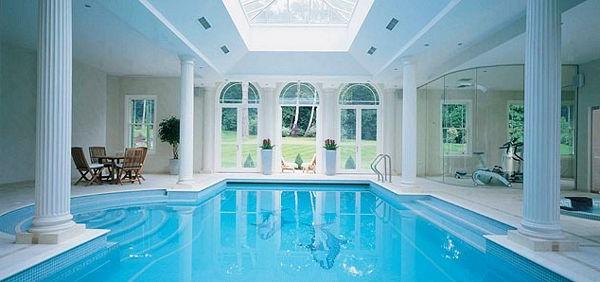 Ideen für großartiges Hallenbad schwimmbecken säulen klassisch