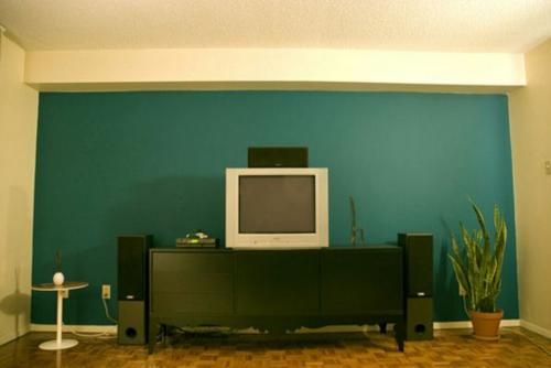 Kühne Wandgestaltung kontrastwand nebentisch fernseher