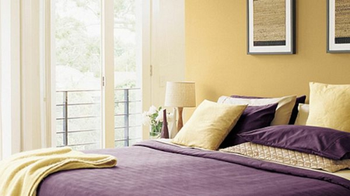 Wandgestaltung Kontrastwand Schlafzimmer Akzentwand Gelb Lila