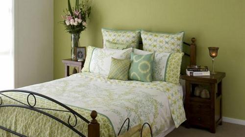 Kühne Wandgestaltung Kontrastwand Schlafzimmer Grün Bettwäsche