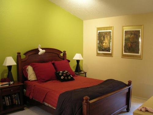 Wandgestaltung kontrastwand schlafzimmer hellgrün bettgestell