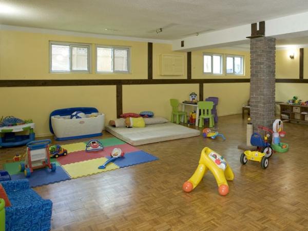 Einen Riesigen Keller Sehen Sie In Dieser Abbildung,der Jetzt Als  Kinderspielzimmer Dient.