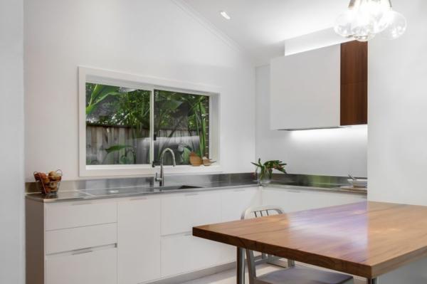 Kleine Küche mit eingebautem Homeoffice blütenweiß wand