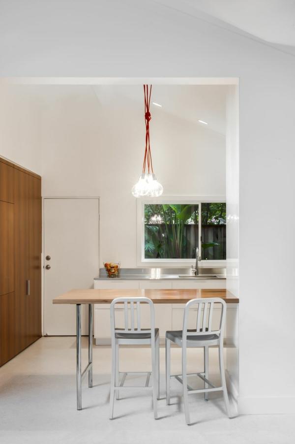 Kleine Küche mit eingebautem Homeoffice platzsparend