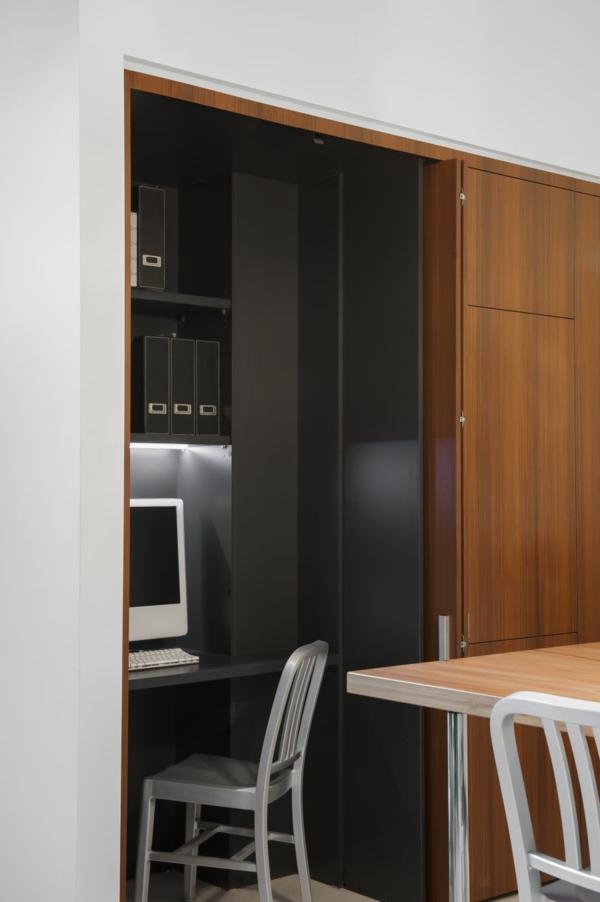 Kleine Küche mit eingebautem Homeoffice versteckt flügeltüren