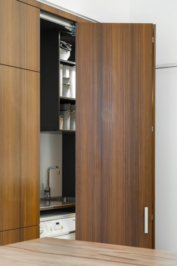 kleine k che mit eingebautem homeoffice und versteckter waschk che. Black Bedroom Furniture Sets. Home Design Ideas