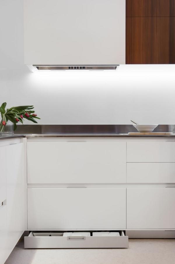 Kleine Küche mit eingebautem Homeoffice und versteckter Waschküche