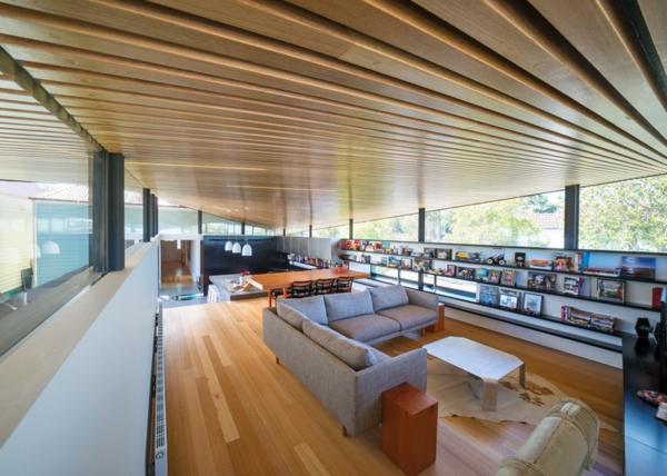 Mullet haus dach holz sofa wohnlandschaft grau regale wand