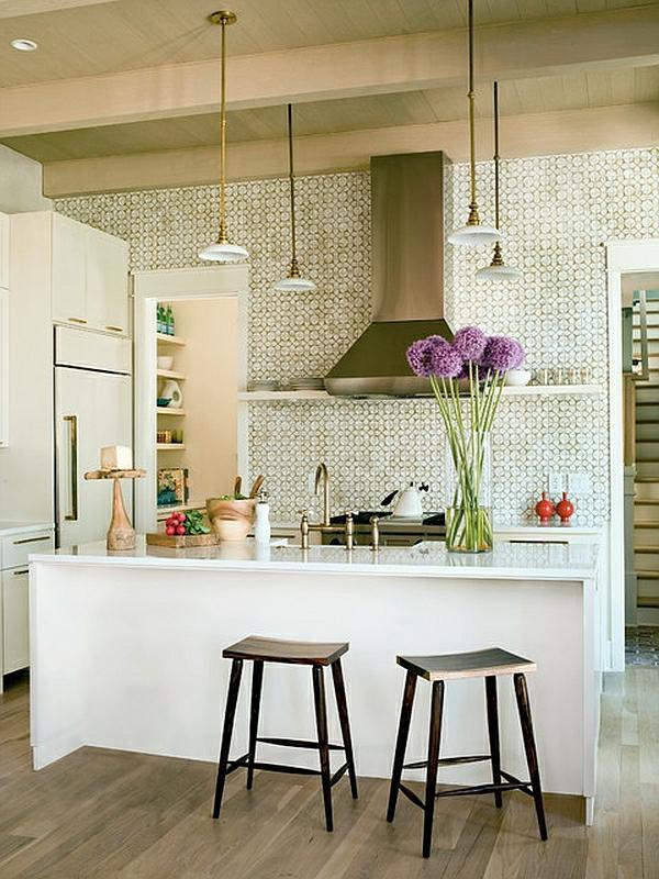 Tropische Inneneinrichtung küche arbeitsfläche kücheninsel hängelampen lila blumen