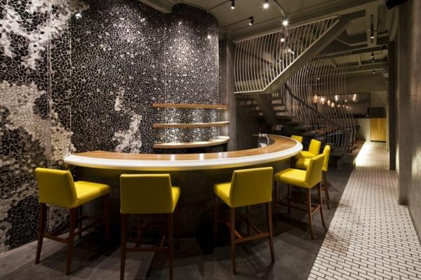Wandgestaltung mit Mosaikfliesen im Nudel Restaurant barhocker lehnen gelb