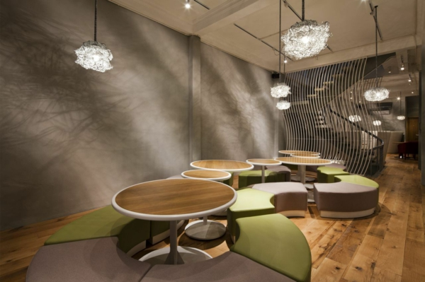 Wandgestaltung mit Mosaikfliesen im Nudel Restaurant hängelampen betonwand