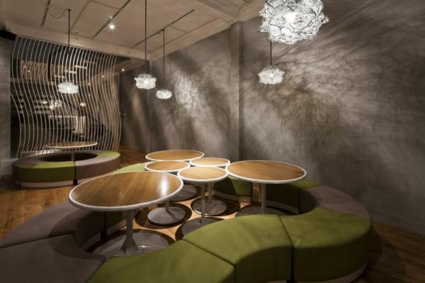 Wandgestaltung mit Mosaikfliesen im Nudel Restaurant holz tischplatten