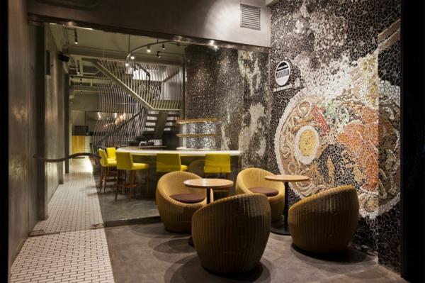 Wandgestaltung mit Mosaikfliesen im Nudel Restaurant modern interessant