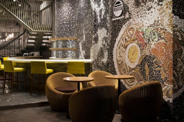 Wandgestaltung mit Mosaikfliesen im Nudel Restaurant rattan sessel