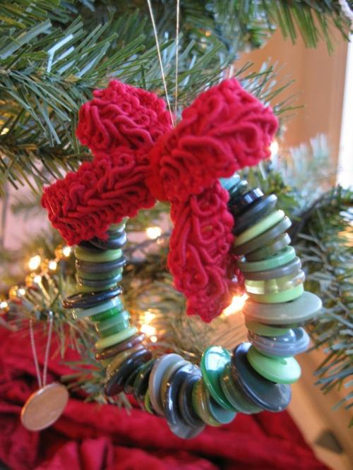 Weihnachtsdekoration selber machen knöpfe kranz  grün nuancen