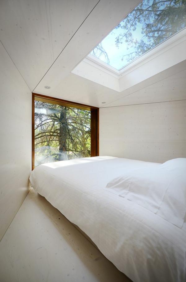 Zwei schlangenartige Hütten im Wald - ein neuer Begriff für Baumhaus