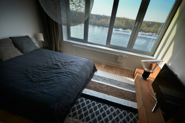 apartement großzügiges doppelbett und blick auf donau