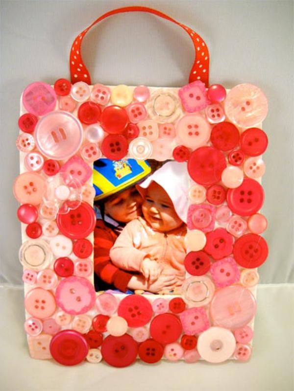 basteln mit knöpfen kinderbild in rot und rosa rahmen