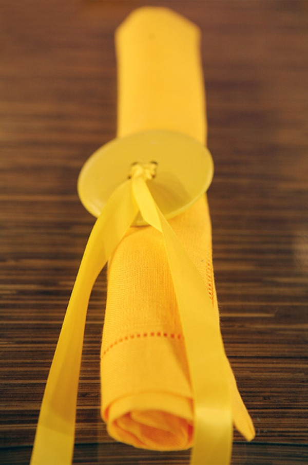 basteln mit knöpfen serviettenring in zitronengelb