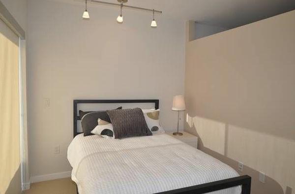 beleuchtung schlafzimmer minimalistisch sachlich wand kopfkissen