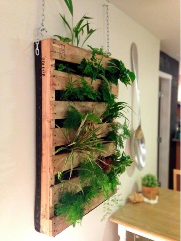 blumentöpfe vertikaler wandgarten aus alter holzpalette