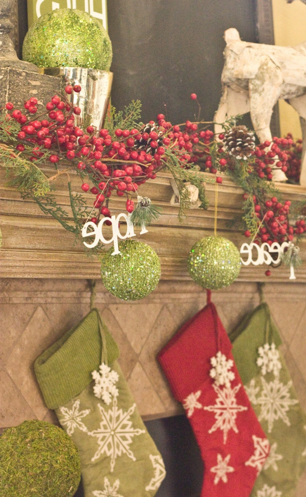bunte Wohnideen für Weihnachtsdekoration socken kamin